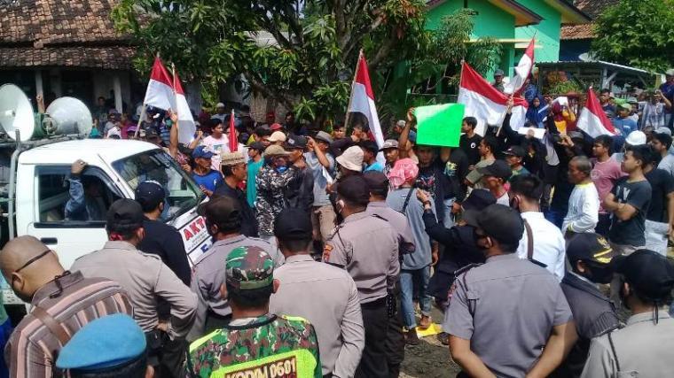 Ratusan warga Sobang yang tergabung dalam Front Pendamping Rakyat (FPR) Pandeglang saat melakukan aksi di lokasi Peternakan Sapi. (Foto: TitikNOL)