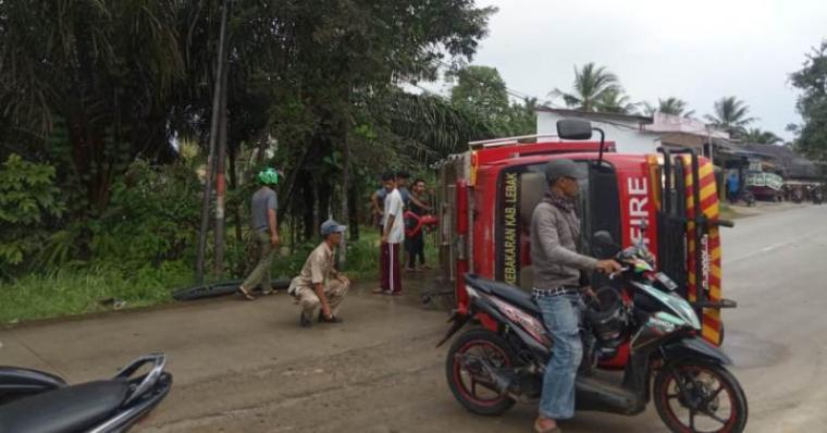 Petugas Pemadam Kebakaran (Damkar) Kabupaten Lebak, yang mengalami kecelakaan tunggal. (Foto: TitikNOL)