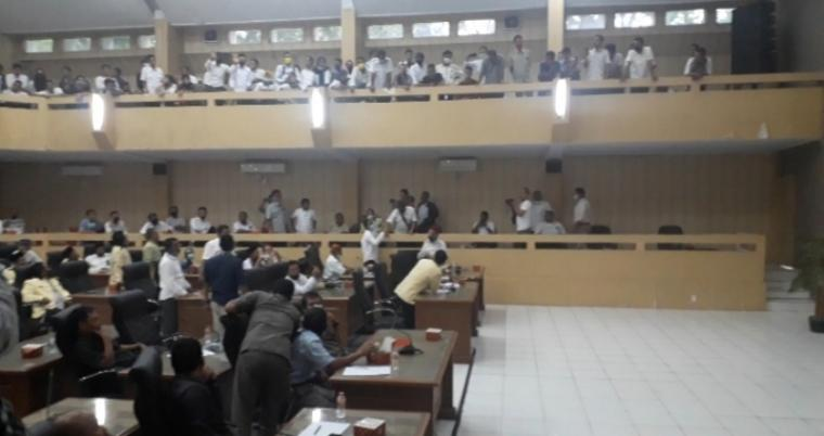 Suasana audensi ratusan warga yang tergabung di Asosiasi Pemerintahan Desa Seluruh Indonesia (Apdesi), Perangkat Desa (Prades) dan Tenaga Kesejahteraan Sosial Kecamatan (TKSK) di Gedung DPRD Kabupaten Lebak. (Foto: TitikNOL)