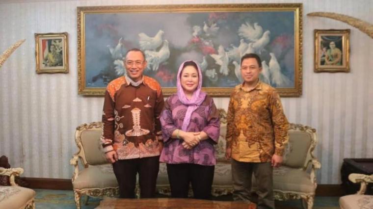 Titiek Soeharto foto bersama dengan bakal calon Walikota dan Wakil Walikota Cilegon, Helldy Agustian-Sanuji Pentamarta.(Istimewa).