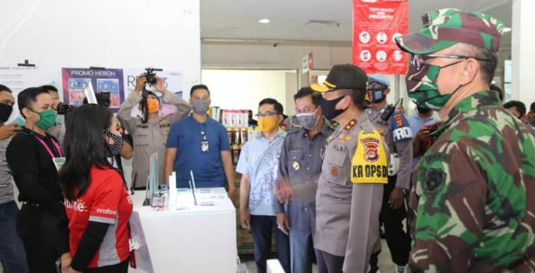 Kapolda Banten Irjen Pol Fiandar didampingi unsur TNI bersama Pemerintah Daerah Kota Serang saat tinjau sejumlah pusat perbelanjaan di Kota Serang, tepatnya di Mall Of Serang dan Carrefour, Jumat (5/6/2020). (Foto: TitikNOL)