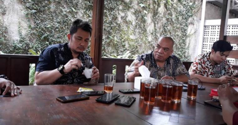 Tim penggugat Bank Banten Ojat Sudrajat saat memberikan keterangan usai melaksanakan sidang perdana. (Foto: TitikNOL)