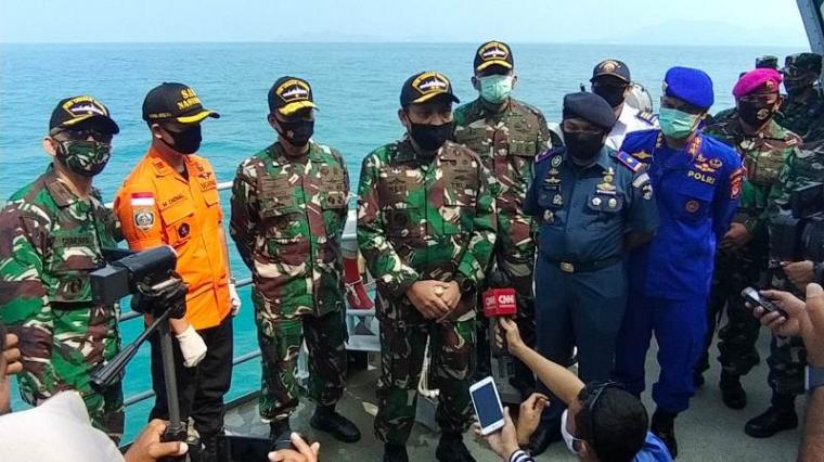 Panglima Koarmada I, Laksamana Muda TNI Ahmad Heri Purwono saat memberikan keterangan kepada awak media dari atas KRI Usman Harun. (Foto: TitikNOL)