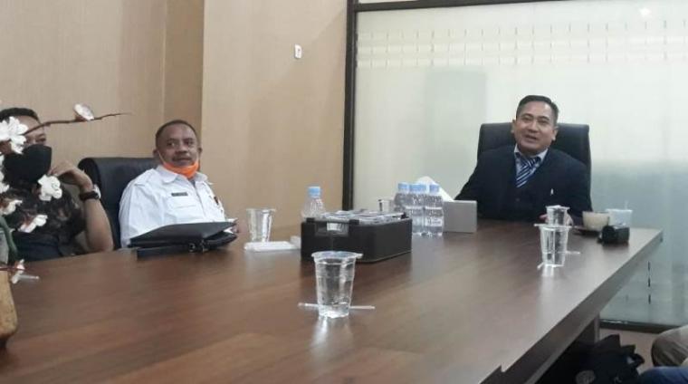 Ketua pengacara Gubernur Banten Agus Busro saat memberikan keterangan usai sidang perdana gugatan Bank Banten. (Foto: TitikNOL)