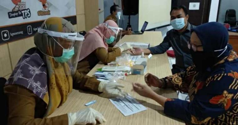 Suasana rapid test Komisioner dan pegawai Komisi Pemilihan Umum (KPU) Kabupaten Serang di Kantor Sekretariat KPU di Jalan Kitapa Cilame Kota Serang, Selasa (30/6/2020). (Foto: TitikNOL)