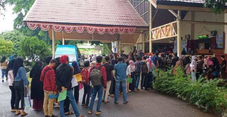 Antrean pembuat kartu kuning di Dinas Tenaga Kerja dan Transmigrasi (Disnakertrans) Kota Serang. (Foto: TitikNOL)