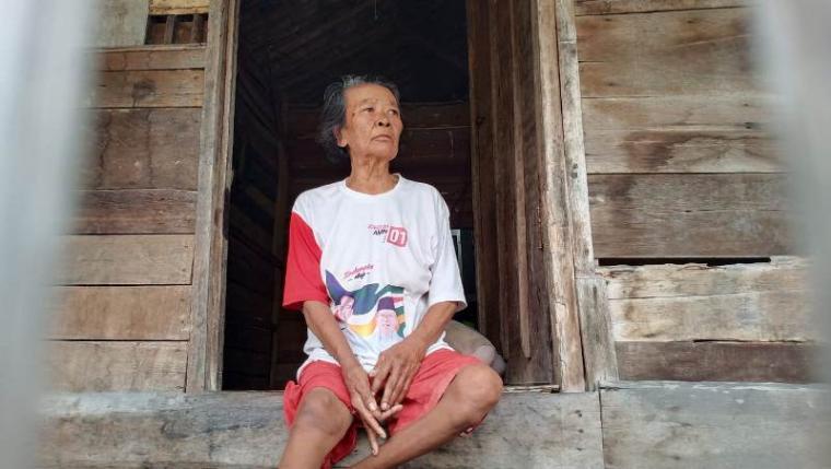 Nenek Tasem (86), warga Lingkungan Gang Eceng, Kelurahan Banten, Kecamatan Kasemen, Kota Serang. (Foto: TitikNOL)