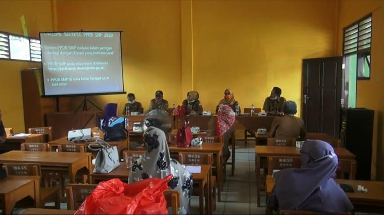 Sosialisasi penerimaan siswa baru tahun ajaran baru 2020/2021 di SD Kasemen, Kota Serang. (Foto: TitikNOL)