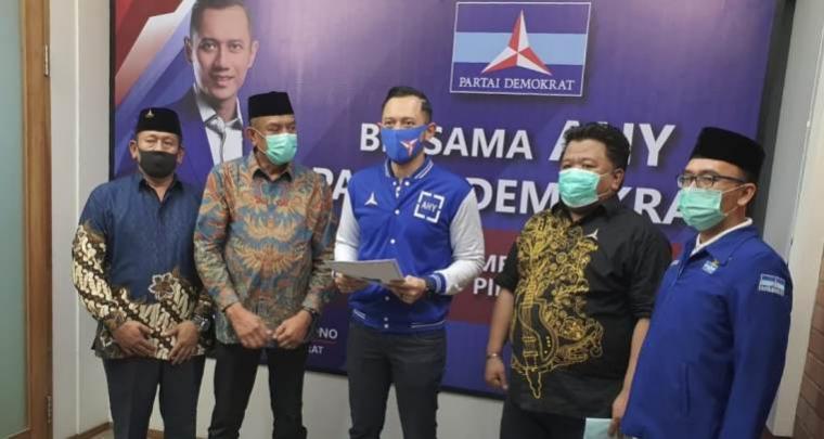 Ketua Umum Partai Demokrat Agus Harimurti Yudhoyono, menyerahkan rekomendasi dukungan bakal calon Wali kota dan Wakil Wali kota Cilegon, Iye Iman Rohiman - Awab. (Istimewa).