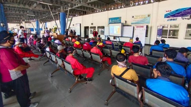 Tim Velox Pejaten BIN melakukan sosialisasi penerapan protokol kesehatan di Terminal Terpadu Merak. (Foto: TitikNOL)