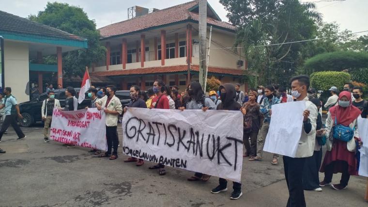 Aksi unjukrasa puluhan mahasiswa Universitas Islam Indonesia (UIN) SMH Banten di depan kantor Rektorat, Senin (22/6/2020). (Foto: TitikNOL)