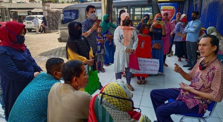 Warga Samangraya, Kecamatan Citangkil mendatangi Dinsos Kota Cilegon karena tak dapat bantuan sosial Covid-19. (Foto: TitikNOL)