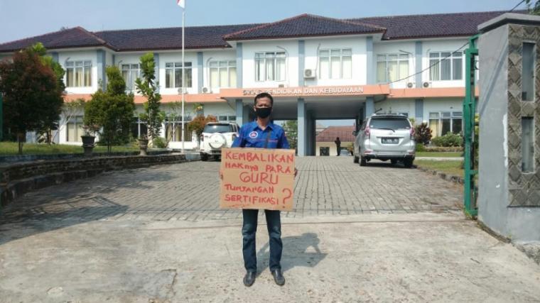 Ahmad Yani, aktivis LSM Benteng Aliansi Rakyat DPP Banten saat menyampaikan aksi protesnya di depan pintu gerbang kantor Dinas Pendidikan dan Kebudayaan. (Foto: TitikNOL)
