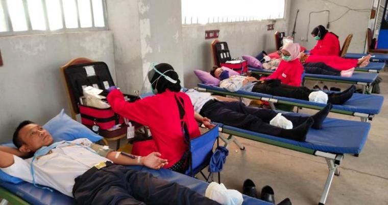 Pegawai Dishub Kota Cilegon saat mendonorkan darahnya. (Foto: TitikNOL)