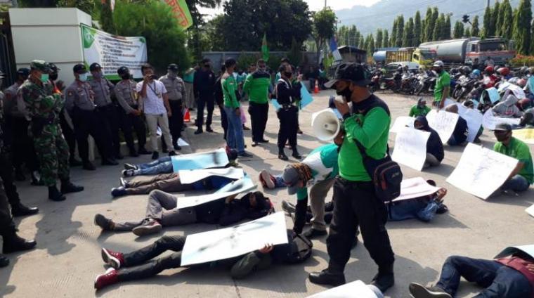 Demo buruh di depan PT Selago Makmur Plantation menuntut pencabutan PHK. (Foto: TitikNOL)
