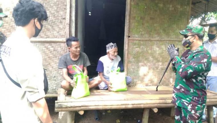 Dandim 0603/Lebak Letkol Kav Yudha Setiawan saat menyerahkan bantuan paket sembako kepada dua orang warga kurang mampu di Lebak. (Foto: TitikNOL)