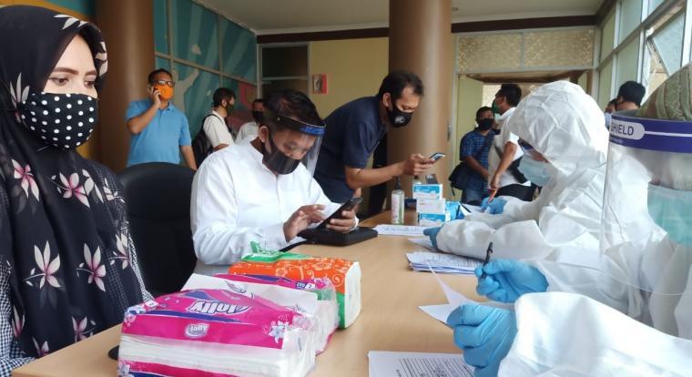 Sejumlah pegawai di Pemerintah Provinsi (Pemprov) Banten saat menjalani tes Swab PCR di Dinas Kesehatan (Dinkes) Banten, Jumat, (12/06/2020). (Foto: TitikNOL)
