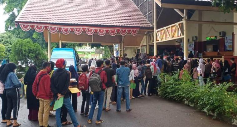 Antrean panjang tanpa protokol kesehatan para pencari kerja yang mengurus kartu kuning di area kantor Dinas Ketenagakerjaan dan Transmigrasi (Disnakertrans) Kota Serang. (Foto: TitikNOL)