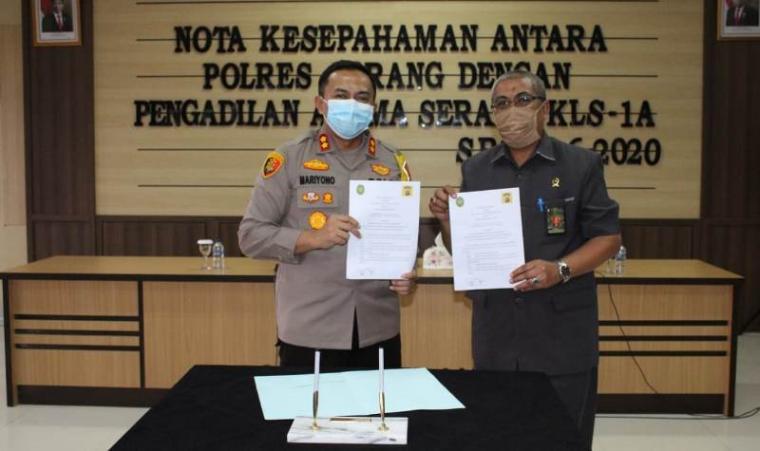 Kapolres Serang AKBP Mariyono saat foto bersama Ketua Pengadilan Agama Kls IA Serang, Buang Yusuf di ruang Aula Polres Serang, Kamis (4/6/2020). (Foto: TitikNOL)