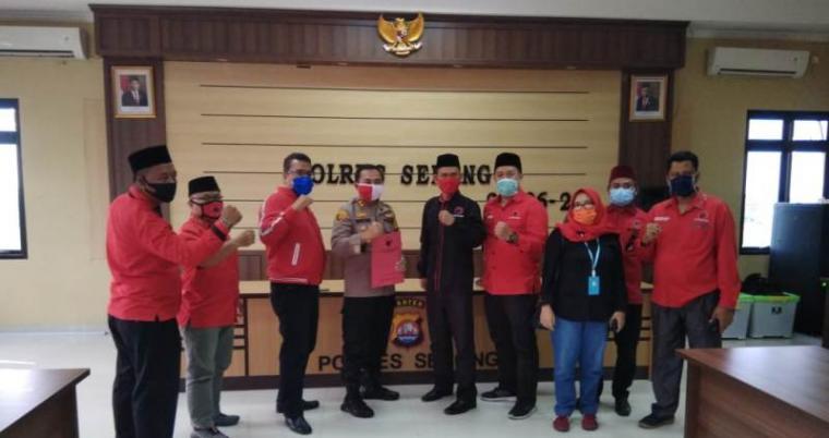 Pimpinan DPC PDIP Kabupaten Serang saat melapor ke Polres Serang. (Foto: TitikNOL)
