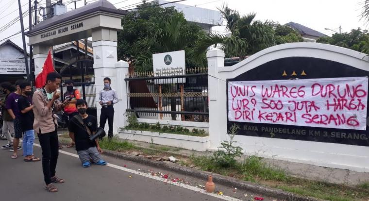 Aksi unjuk rasa sejumlah mahasiswa yang tergabung dalam Jaringan Pengawal Anggaran (Jala) Corona, di depan Kejari Serang, Rabu (03/06/2020). (Foto: TitikNOL)