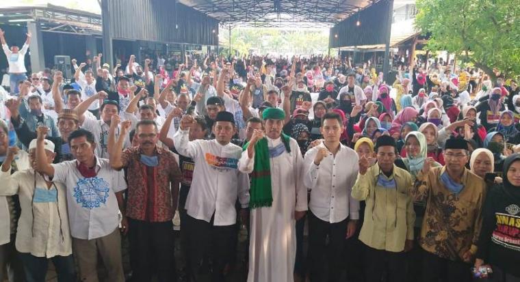 Balak calon Wali kota dan Wakil Wali kota Cilegon, Ali Mujahidin - Lian Firman, foto bersama usai menggelar rapat besar dengan ratusan pendukungnya. (Foto: TitikNOL)