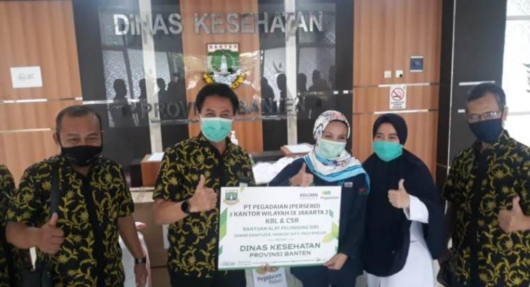 Simbolis penerimaan bantuan APD dari PT Pegadaian Wilayah II Jakarta di Dinkes Provinsi Banten. (Foto: TitikNOL)