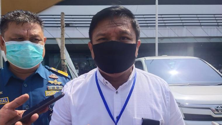 Kepala KSOP Kelas I Banten, Victor Vikki saat memberikan keterangan kepada wartawan di Pelabuhan Merak. (Foto: TitikNOL)