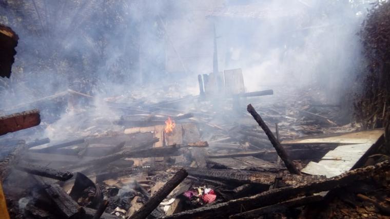 Rumah salah satu warga Kampung Juruh Girang RT 14/ RW 05, Desa Bojong Juruh, Kecamatan Banjarsari, Kabupaten Lebak yang terbakar akibat korsleting listrik. (Foto: TitikNOL)