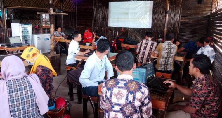 Suasana kafe Saung Ubar Kabingung. (Foto: TitikNOL)