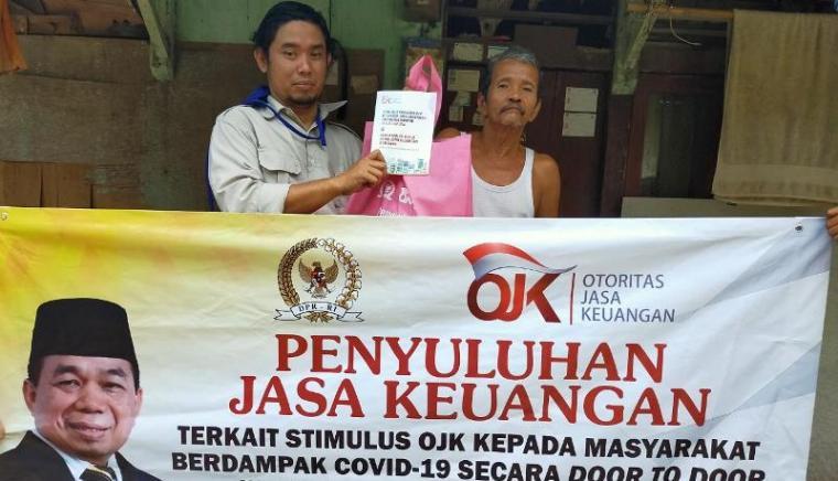 Salah seorang warga berfoto usai mengikuti penyuluhan yang dilaksanakan oleh Anggota DPR RI Jazuli Juwaini. (Foto: TitikNOL)
