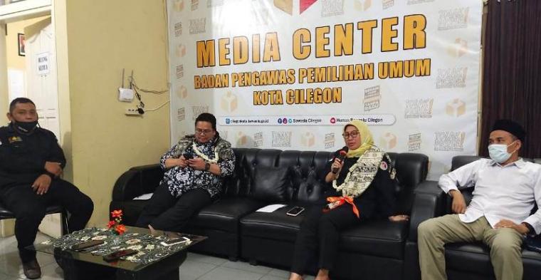 Dua anggota Bawaslu RI, Ratna Dewi Pettalolo dan Rahmat Bagja saat memberikan keterangan pers di Kantor Bawaslu Kota Cilegon. (Foto: TitikNOL)