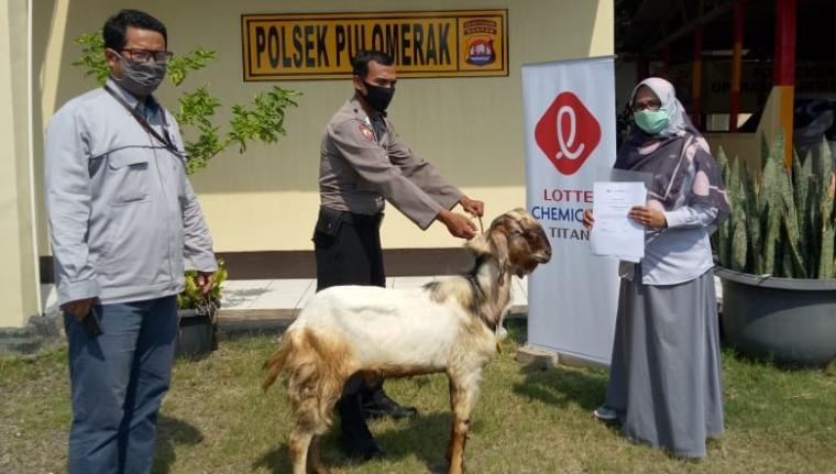 Perwakilan Lotte Group menyerahkan hewan kurban ke Mapolsek Pulomerak .(Istimewa)
