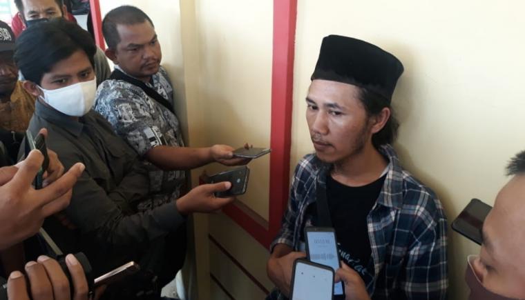 Anton Daeng Harahap salah satu kerabat korban pencabulan ketua yayasan pesantren. (Foto: TitikNOL)