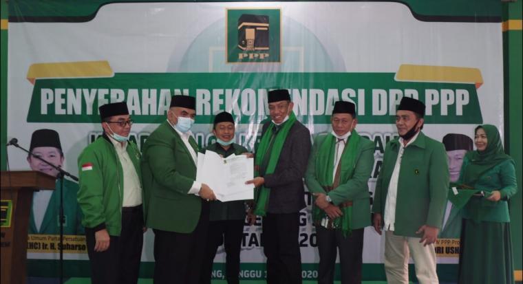 Suasana penyerahan rekomendasi pasangan Benyamin Dafni dan Pilar Saga Ichsan, di pemilihan kepala daerah (Pilkada) Kota Tangerang Selatan di Kantor DPW PPP Provinsi Banten. (Foto: TitikNOL)