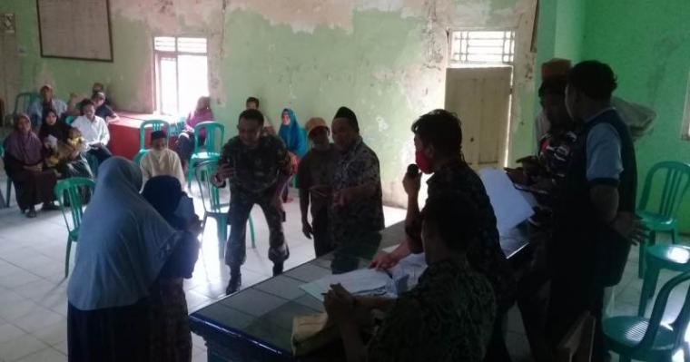 Penerima Bantuan Langsung Tunai (BLT) di Desa Mekarsari, Kecamatan Panimbang, Kabupaten Pandeglang. (Foto: TitikNOL)