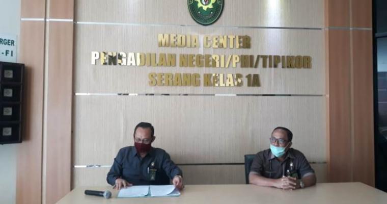 Ketua Pengadilan Negeri (PN) Serang Barita Sinaga dan wakil PN Serang Gustiarto saat memberikan keterangan terkait 2 pegawai PN Serang yang terkonfirmasi postitf Covid-19. (Foto: TitikNOL)