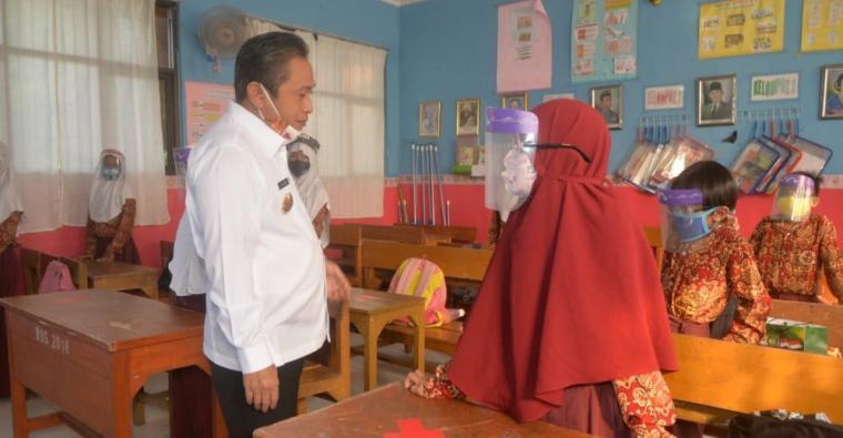 Wakil Wali Kota Serang Subadri Ushuludin saat tinjau belajar tatap muka disalah satu sekolah di Kota Serang. (Dok: TitikNOL)