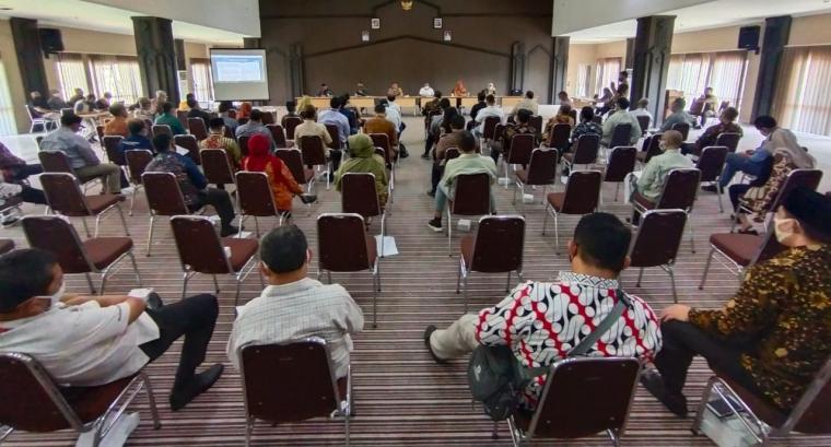 Pemkot Cilegon menggelar rapat evaluasi penerapan disiplin dan penegakan hukum protokol kesehatan di Aula Dinas Kominfo Kota Cilegon. (Foto: TitikNOL)