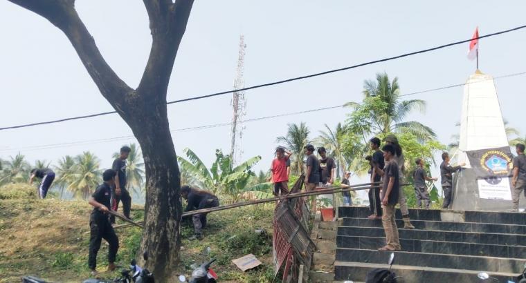 Organisasi Masyarakat (Ormas) Badan Pembinaan Keluarga Besar Banten (BPPKB) Dewan Perwakilan Anak Cabang (DPAC) Kecamatan Bayah, saat membersihkan Tugu Romusa. (Foto: TitikNOL)