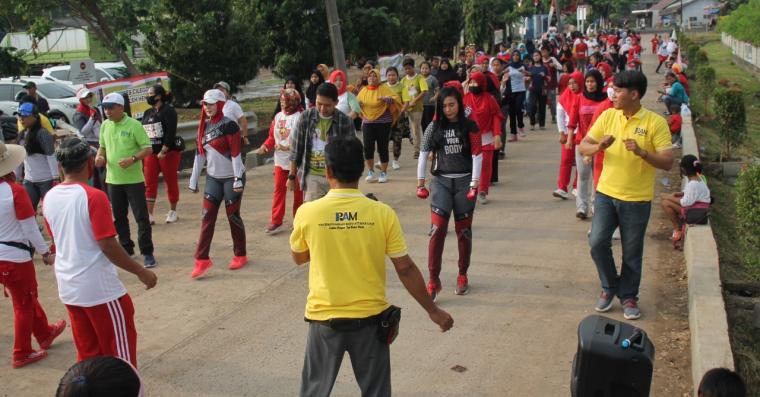 Relawan RAM senam sehat bersama masyarakat di Grogol. (Foto: TitikNOL)