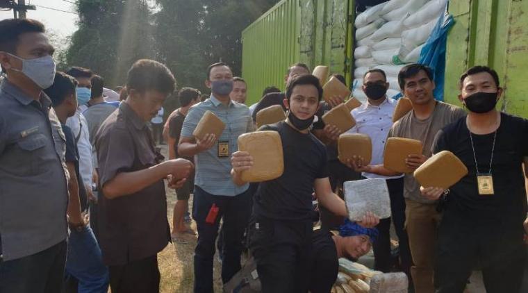 Penyelundupan narkotika jenis ganja di Tol Tangerang-Merak yang digagalkan Ditresnarkoba Polda Banten. (Foto: TitikNOL)
