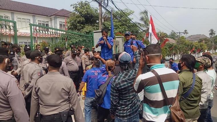 Aksi unjukrasa Puluhan warga yang yang tergabung di Lembaga Swadaya Masyarakat (LSM) Benteng Aliansi Rakyat (Bentar) di depan gerbang kantor Dinas Pendidikan dan Kebudayaan (Dindikbud), Pendopo Bupati dan Kejari Kabupaten Lebak. (Foto: TitikNOL)