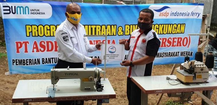 GM PT ASDP Indonesia Ferry Cabang Merak, Hasan Lessy saat menyerahkan bantuan untuk UMKM penjahit di Merak. (Istimewa).