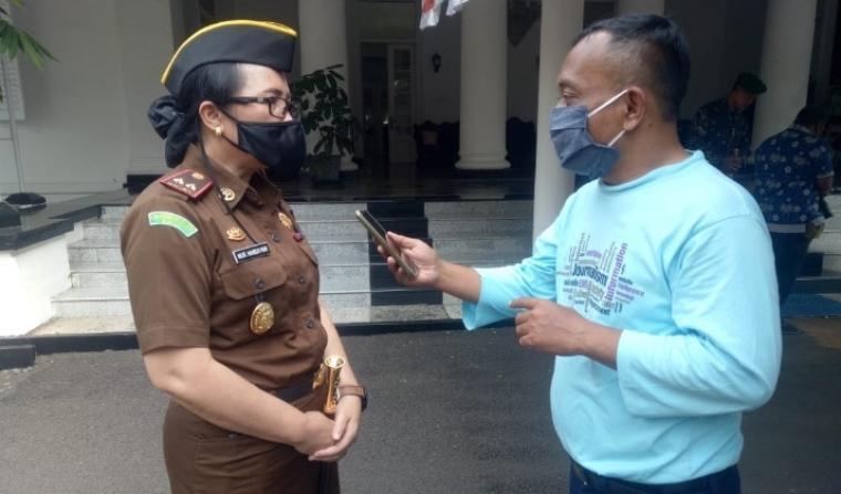 Kajari Lebak Nur Handayani, saat memberikan keterangan kepada wartawan. (Foto: TitikNOL)