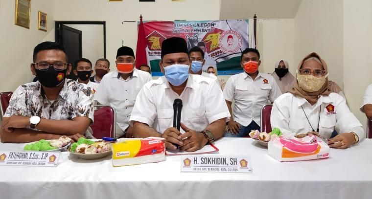 Ketua DPC Gerindra Cilegon , Sokhidin didampingi pengurus saat memberikan keterangan kepada awak media di Kantor Sokhidin Center. (Foto: TitikNOL)