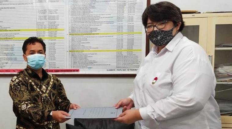 Plt Ketua DPD Partai Berkarya Cilegon, Evi Silvi Yuniatul Hayati saat menyerahkan kepengurusan baru ke Ketua KPU Kota Cilegon, Irfan Alfi. (Foto: TitikNOL)