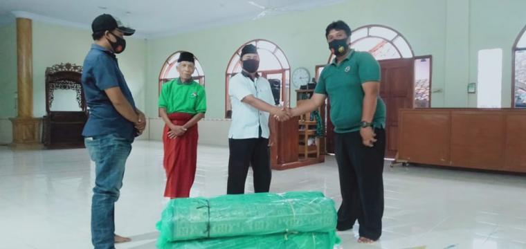 Penyerahan bantuan sajadah kepada Lembaga Dakwah Islam Indonesia (LDII) Kabupaten Lebak. (Foto: Ist)