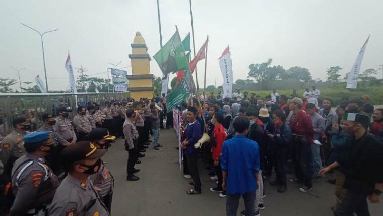 Aksi unjuk rasa puluhan mahasiswa dari berbagai organisasi yang tergabung dalam kelompok Cipayung Plusdi depan kantor DPRD Kota Serang. (Foto: TitikNOL)