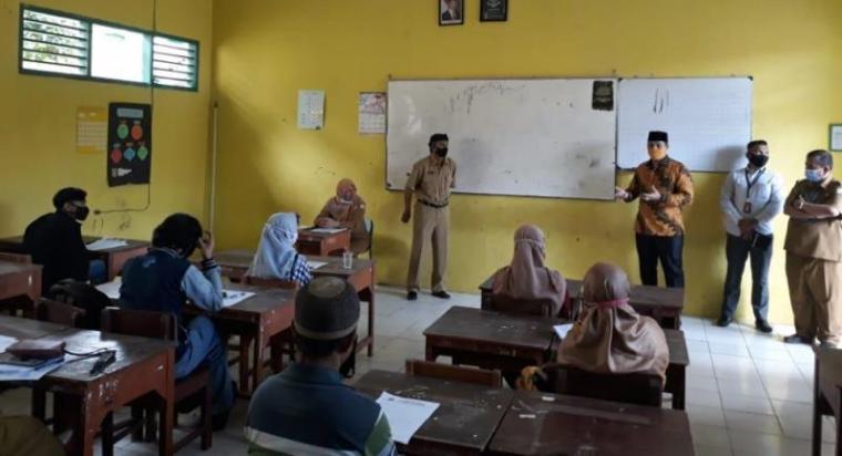 Ketua DPRD Kota Serang Budi Rustandi saat melakukan sidak di SMPN 1 Kota Serang